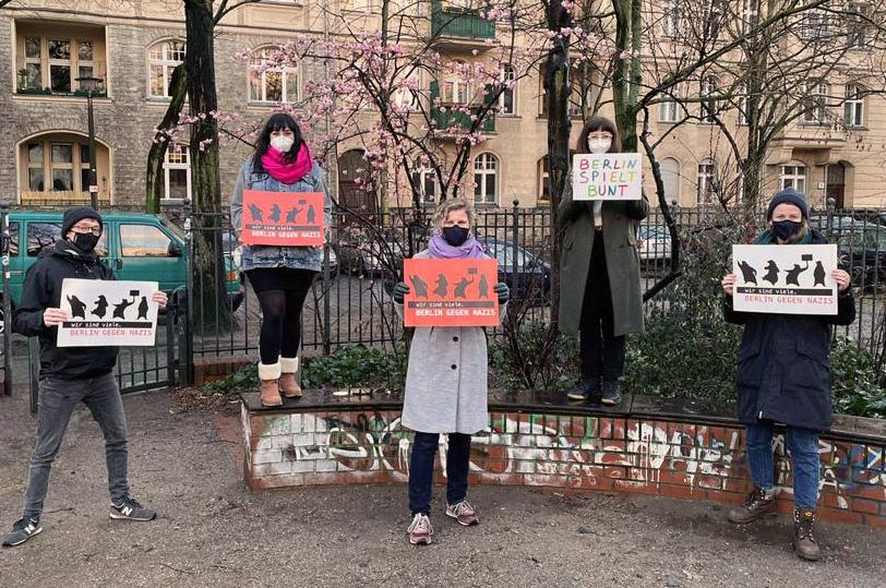 """Mitarbeitende des Neue Chance posieren mit Plakaten auf denen """"Wir sind viele. Berlin gegen Nazis steht)"""