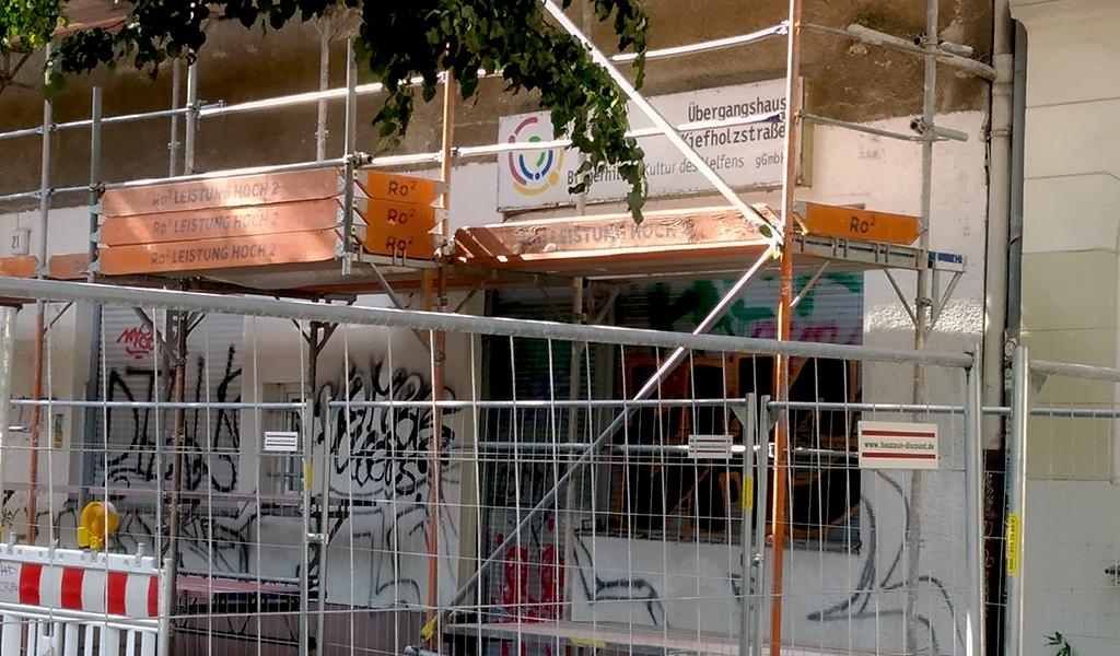 Zu sehen ist das Übergangshaus Kiefholzstraße im Baugerüst und Baustelle davor.
